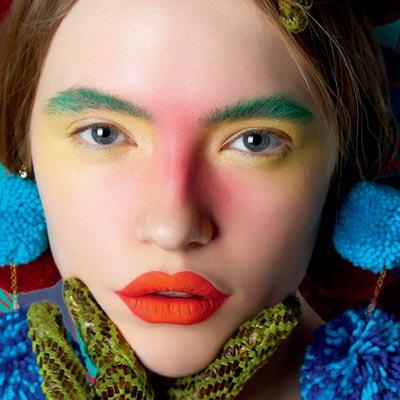 用浓烈的色彩打造不羁艺术风妆容